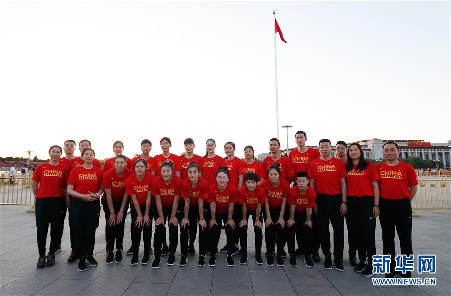 国家女篮和国奥男篮观看升国旗仪式_空中技巧三将晋级
