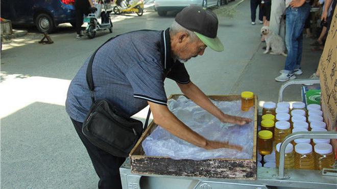 为给孙子治病 七旬老人骑行六天五夜到郑州卖蜂蜜