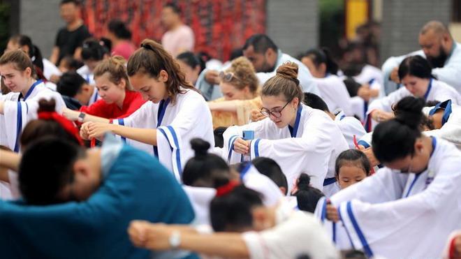 外国学生这样学习中国传统礼仪