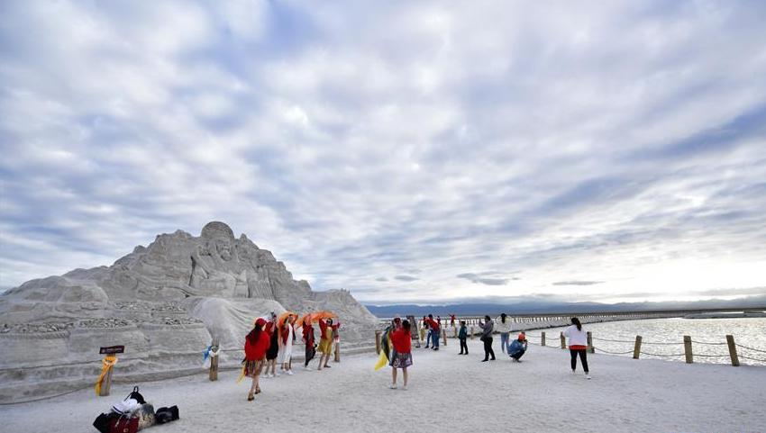 """中国""""天空之镜""""——青海茶卡盐湖迎来旅游旺季"""