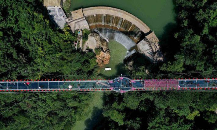 """深山峡谷建成玻璃桥 游客体验""""凌空漫步"""""""