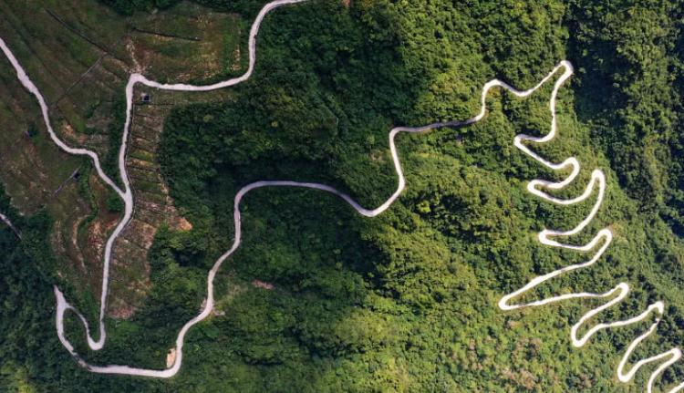 重庆再添网红景点,悬崖修建扶贫公路多达41道拐