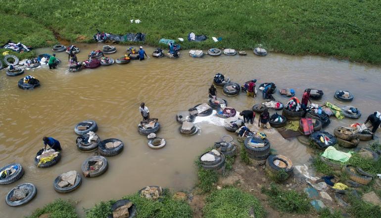 实拍科特迪瓦河边洗衣工,收入微薄劳动强度大,每天洗衣无数件