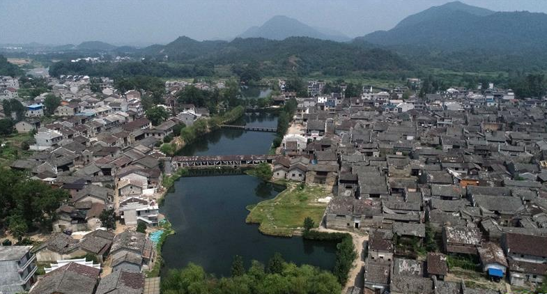 这个古村始建于五代南唐年间 村里还保存有260处建筑遗址