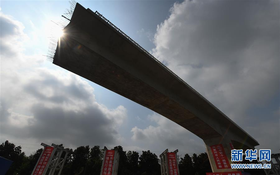 """6万吨转体桥成功""""转身"""""""