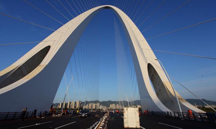 新首钢大桥通车在即 清晨朝霞绚烂吸引市民前来打卡