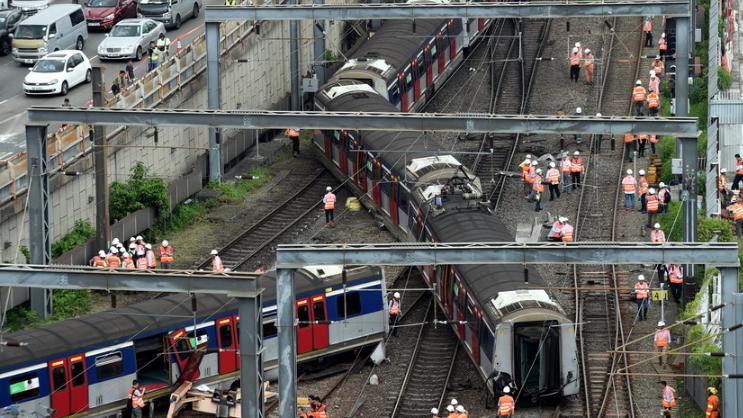 港铁列车出轨致8人受伤 500名乘客被疏散,调查或需三至六个月
