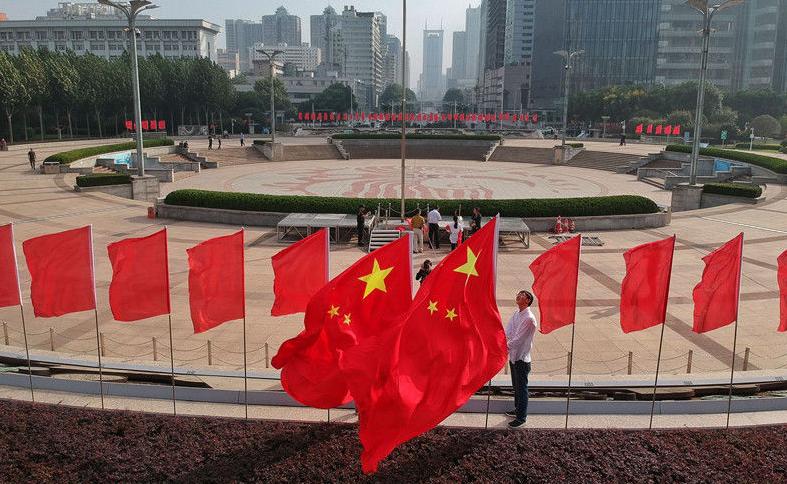 """多地挂国旗迎国庆 有一种表白叫""""我爱你中国"""""""