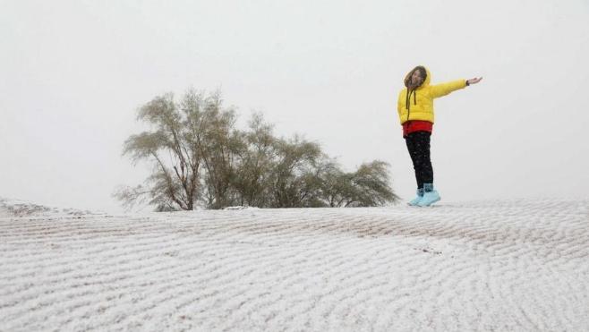 深秋时节 宁夏沙波头迎来降雪
