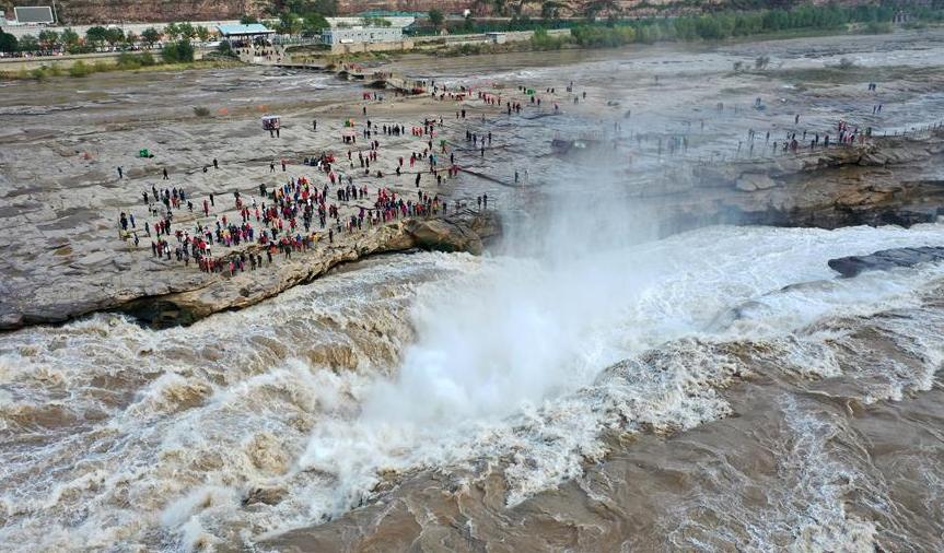 壶口瀑布水量增大 引众多游客观赏