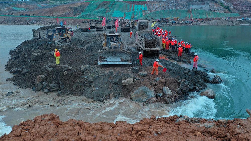 2019年10月26日13时58分,广西贵港,随着最后一车石料填平龙口,大藤峡水利枢纽工程提前一个月成功实现大江截流,黔江水流改由已建成的左岸泄水闸平稳下泄。这是珠江流域治理开发与管理的里程碑,标志着大藤峡工程二期建设正式启动。e分子/视觉中国