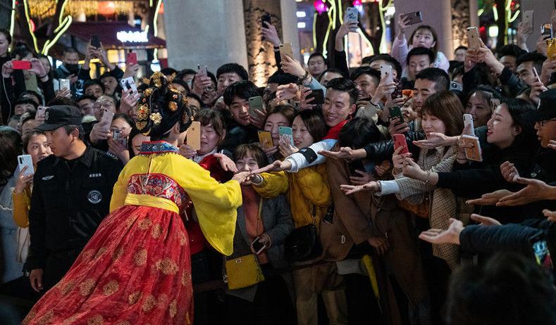 """大唐不夜城""""真人不倒翁""""成网红 吸引游客前来跟小姐姐握手"""