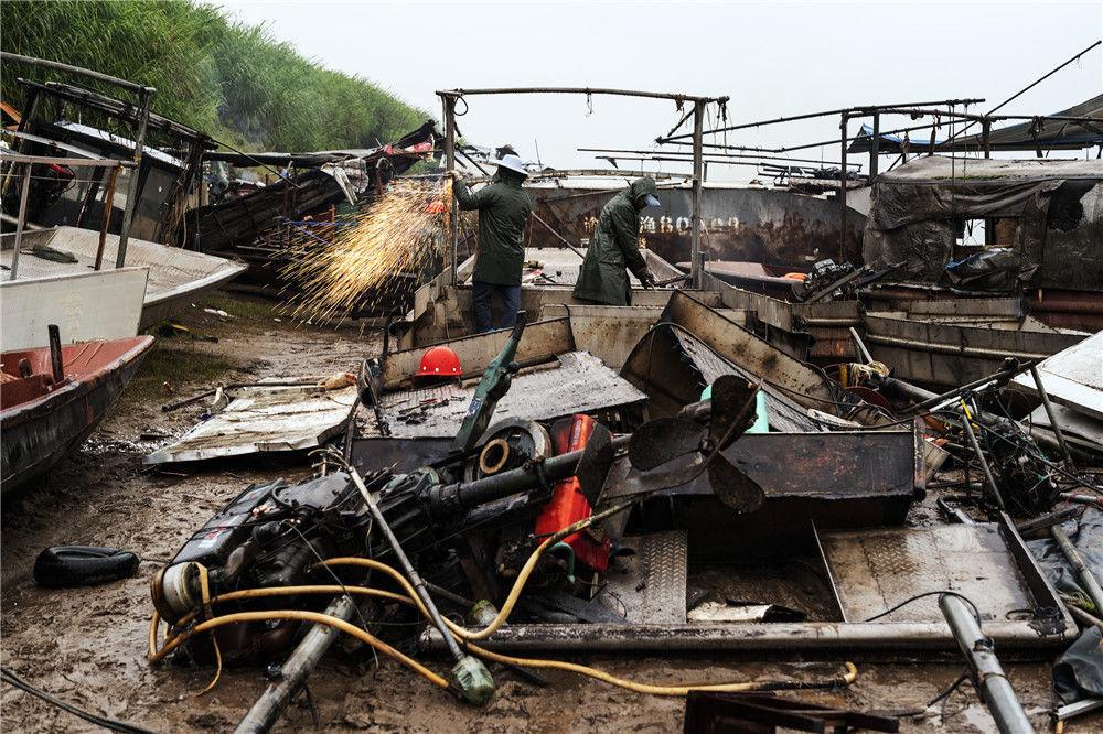 重庆主城最后一批渔民退捕上岸 51艘渔船集中进行拆解