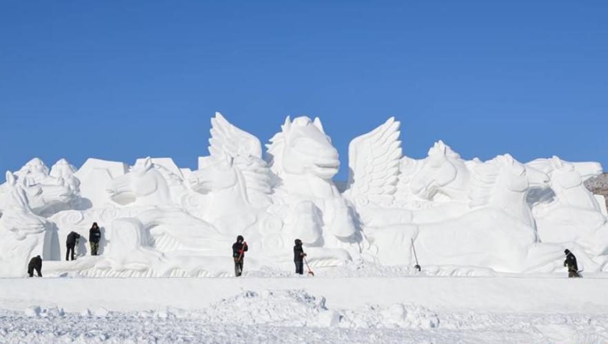 雪雕扮靓呼伦贝尔