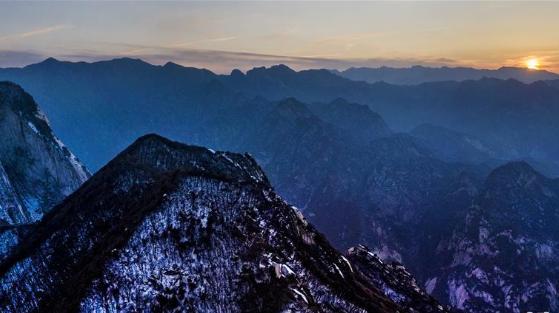 晚霞中的西岳华山