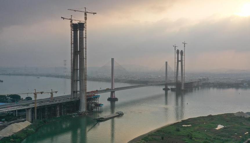 广州南沙港铁路跨西江斜拉桥主塔封顶