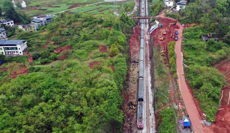 京广铁路脱轨事故路段顺利通过首趟旅客列车