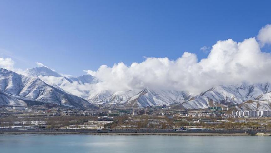 西藏拉萨迎来降雪 高原古城银装素裹