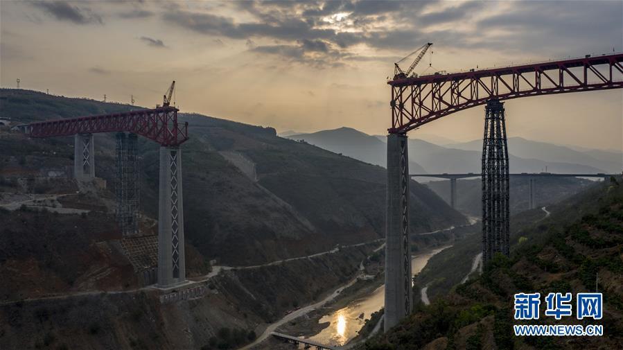 """中老铁路元江特大桥""""迈""""过第一高墩"""