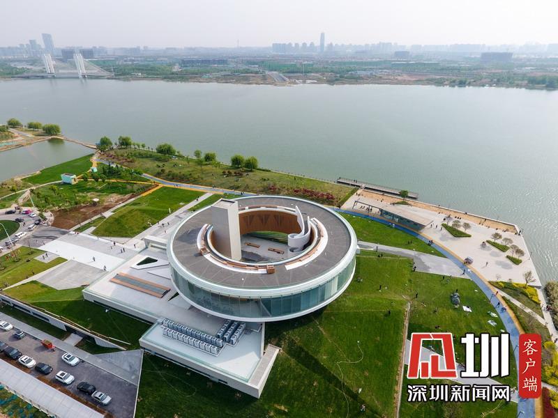 """郑州现巨大圆环建筑""""悬浮""""草坪上 号称""""城市之冠""""走红"""