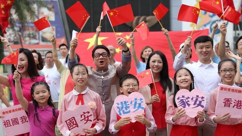 特写:香港市民唱响心中的国歌