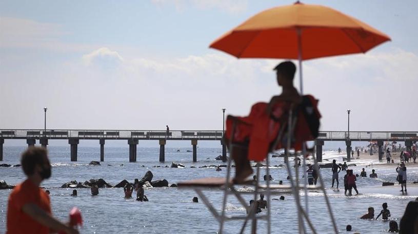 救生员上岗 美国纽约市属海滩准许民众游泳