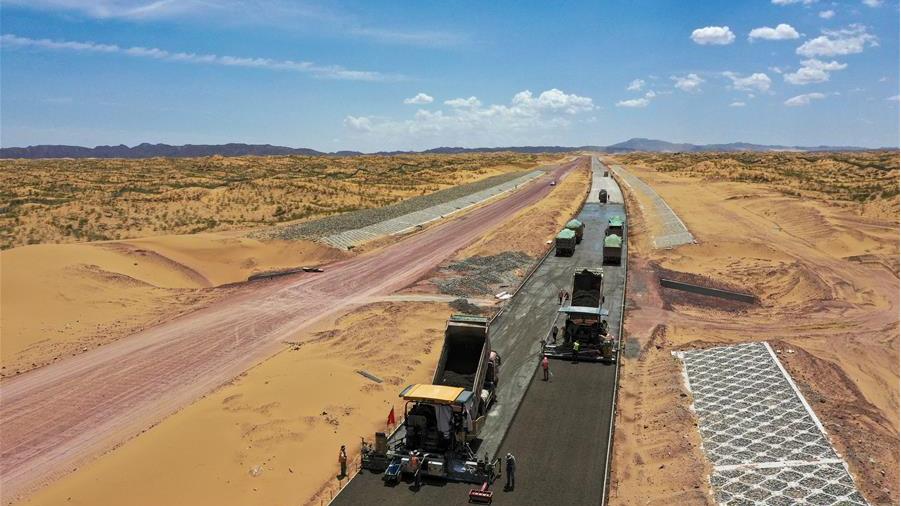 宁夏首条沙漠高速公路建设正酣