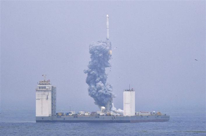 我国首次在海上成功实施运载火箭发射技术试验