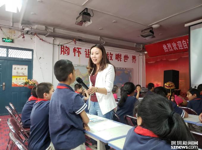支教老师和学生互动
