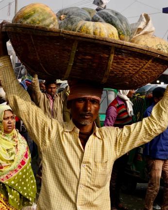 """头顶整筐活鸡、南瓜……却行走自如 孟加拉人的""""神技"""" 暗藏这个知识点"""
