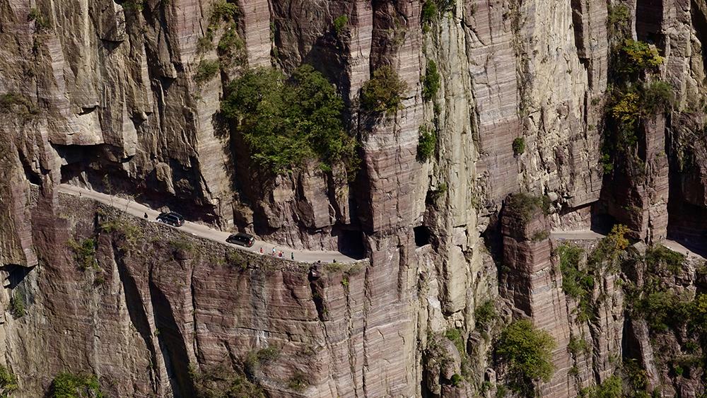 奇观天下 | 人间奇迹:悬崖上的村庄与绝壁上公路(视频)