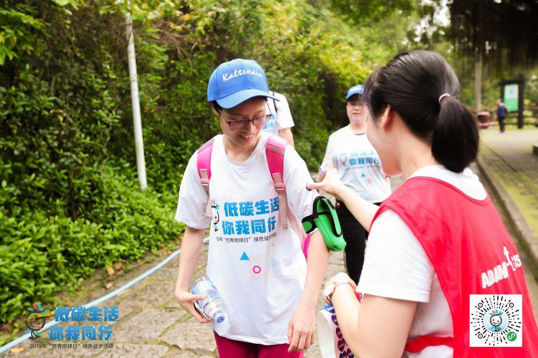 志愿者为活动参与者贴臂章