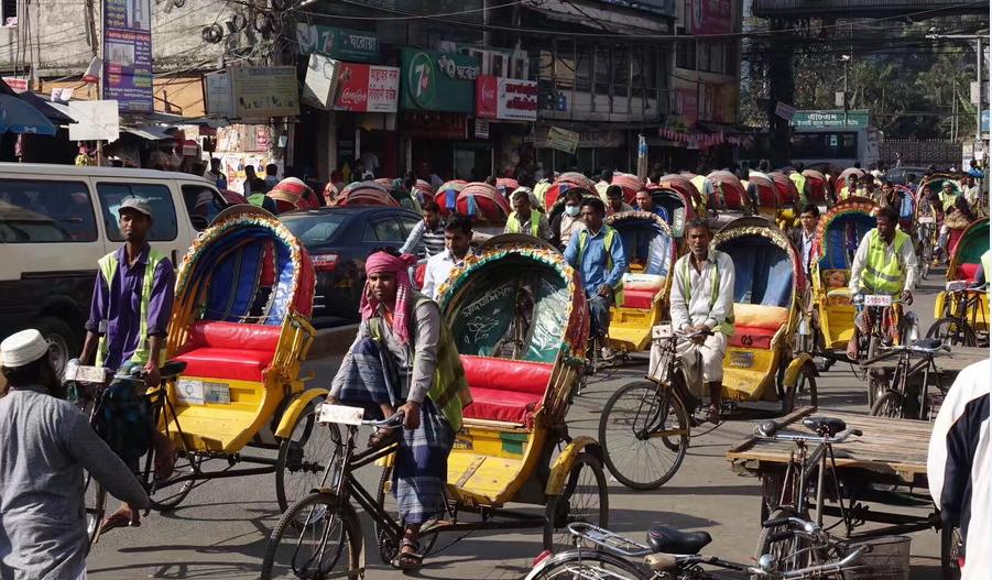 实拍世界三轮车之都达卡 浩浩荡荡车流构成奇特街景