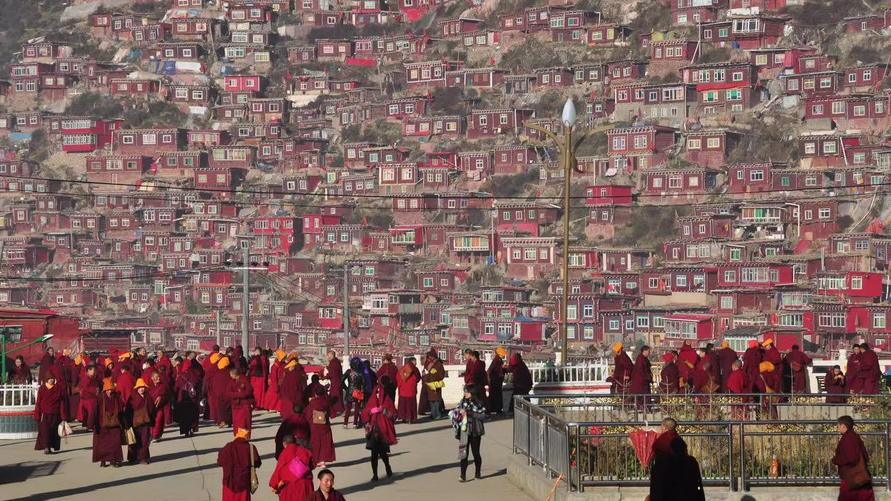 震撼!世界最大佛学院建在海拔4000米的山谷 密密麻麻的僧舍连绵数公里