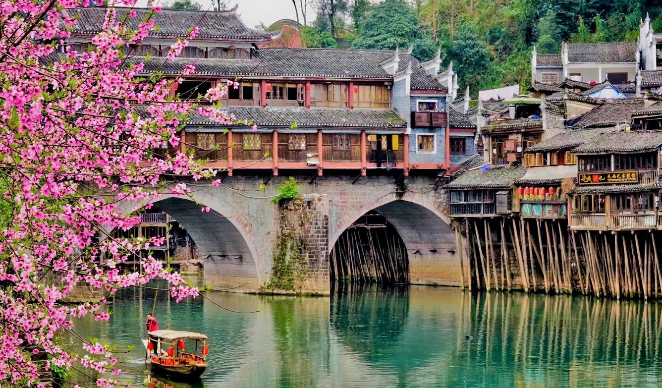 """奇观天下丨探访""""中国最美丽的小城"""":早樱绽放春意浓"""